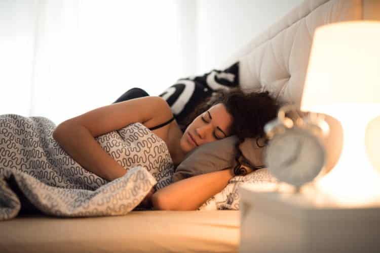 4 στάσεις ύπνου που ανακουφίζουν από τον πόνο στη μέση