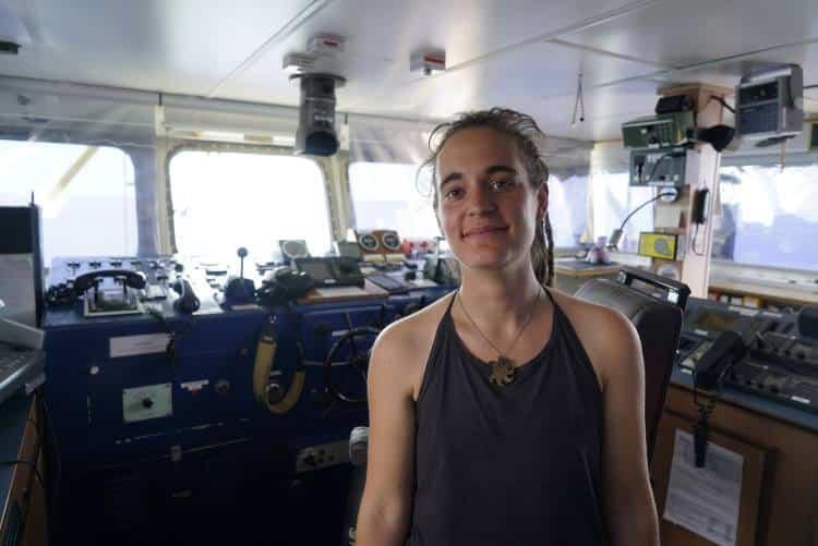 Carola Rackete: Η ιστορία της καπετάνισσας που συνελήφθη επειδή διέσωσε πρόσφυγες