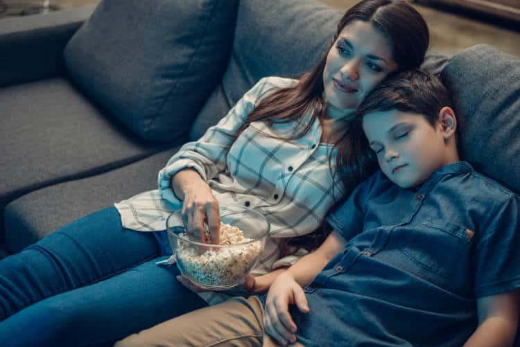 Ο ύπνος με ανοιχτή τηλεόραση συνδέεται με την ανάπτυξη παχυσαρκίας