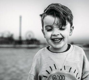 «Όποιος είδε ένα παιδί να ξεκαρδίζεται στα γέλια, είδε τα πάντα στη ζωή»