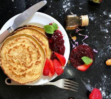 Συνταγή: Χορταστικά pancakes με κόκκινα φρούτα και καρύδια πλούσια σε πρωτεΐνη