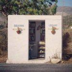 Στάση λεωφορείου στην Πάρο λειτουργεί και ως δανειστική βιβλιοθήκη