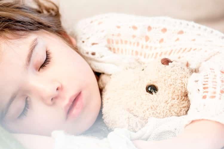 Πώς να μάθουμε στα παιδιά μας να κοιμούνται μόνα τους