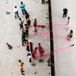 Σύνορα ΗΠΑ- Μεξικού: Τα παιδιά αγνοούν το τείχος και στήνουν τραμπάλες για να παίξουν