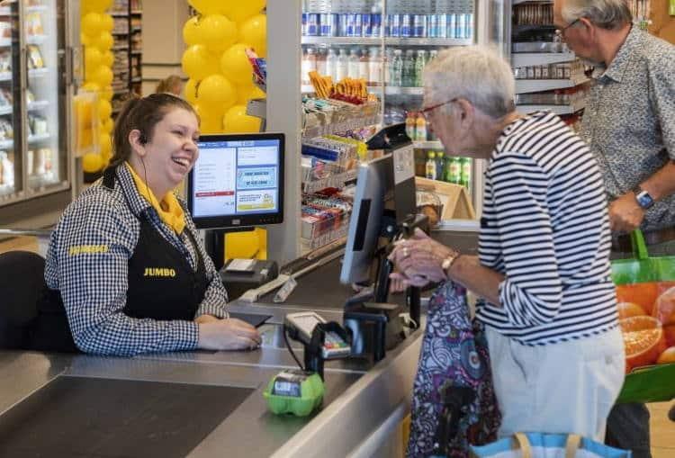 Σουπερμάρκετ στην Ολλανδία ανοίγει «ταμείο συζήτησης» για να βοηθήσει στην αντιμετώπιση της μοναξιάς