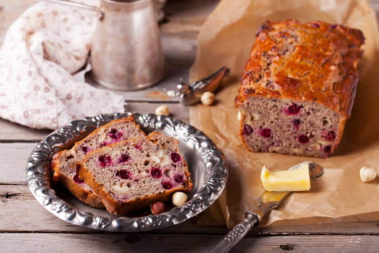 Συνταγή: Θρεπτικό χειροποίητο ψωμί με κράνμπερι και φουντούκια