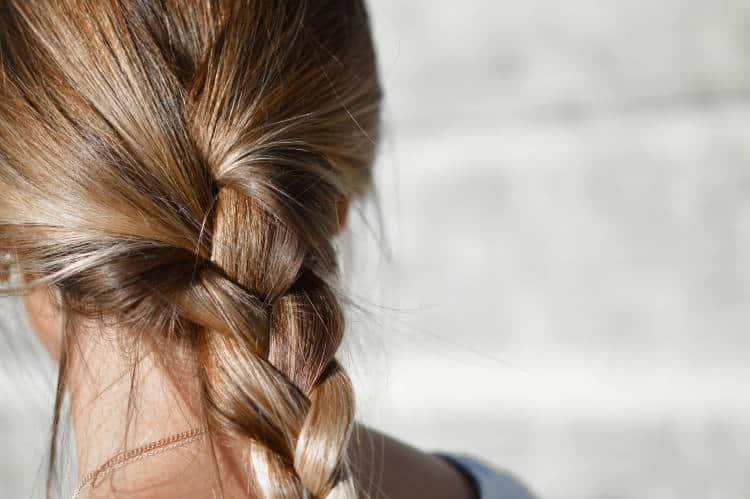 Τριχόπτωση στις γυναίκες: Ποια είναι τα αίτια και πώς μπορούμε να την αντιμετωπίσουμε