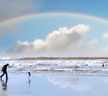 Οι άνθρωποι με αληθινή παιδεία μας ώθησαν ν' αγαπήσουμε την ύπαρξή μας για τη βροχή και τα ουράνια τόξα της