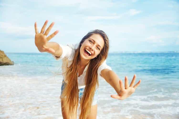 Τους ανθρώπους που χαμογελούν, να τους φέρεσαι με ευγένεια…