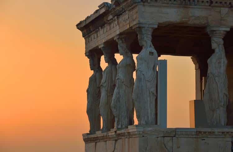 Καρυάτιδες: Πώς οι αρχαίοι Έλληνες συνδύαζαν με αριστοτεχνικό τρόπο τη γλυπτική με την αρχιτεκτονική