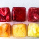 Συνταγή: Παγωμένοι κύβοι φρούτων για να απολαμβάνετε το νερό!