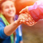 Βοηθώντας τους άλλους γινόμαστε πιο ευτυχισμένοι… αλλά έχει σημασία πώς το κάνουμε (βίντεο)
