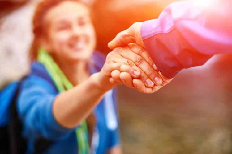 Βοηθώντας τους άλλους γινόμαστε πιο ευτυχισμένοι... αλλά έχει σημασία πώς το κάνουμε (βίντεο)