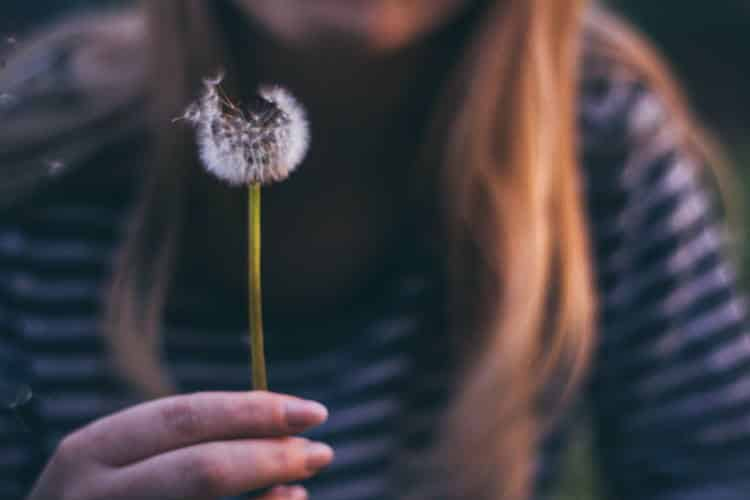 Louise Hay: Πώς να συγχωρέσουμε τον εαυτό μας και αυτούς που μας πλήγωσαν