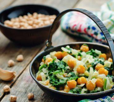 Συνταγή: Θρεπτικά ρεβίθια με ντομάτες και σπανάκι