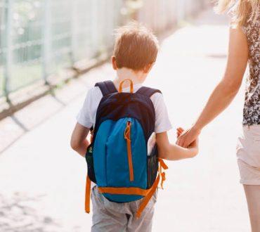 Τα σχολεία ξεκινούν και το 63% των μαμάδων δηλώνει αγχωμένο, σύμφωνα με έρευνα