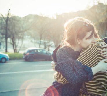 Οι επιστήμονες εξηγούν γιατί κάποιοι άνθρωποι απεχθάνονται τις αγκαλιές