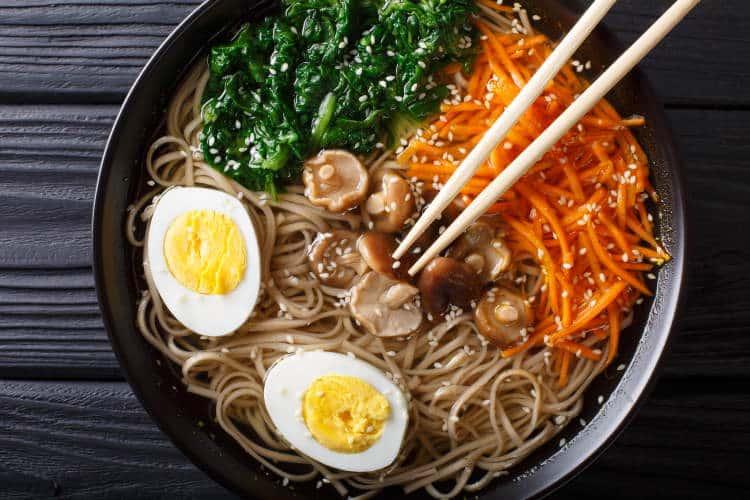 Συνταγή: Φθινοπωρινή χορτοφαγική σούπα ramen με μανιτάρια