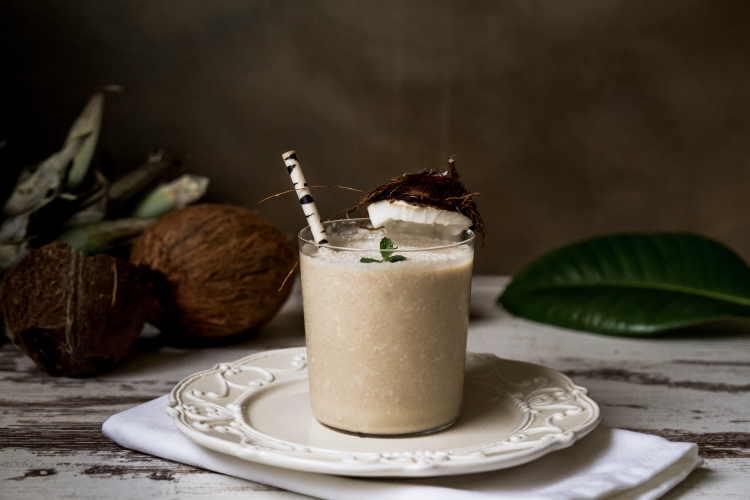 Συνταγή: Φθινοπωρινό vegan smoothie με αμύγδαλα και μπανάνα