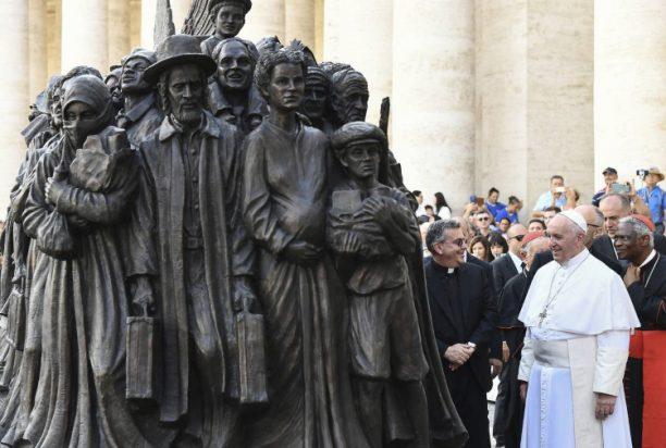 Ένα γλυπτό για τους πρόσφυγες όλου του κόσμου τοποθετήθηκε στην πλατεία του Αγίου Πέτρου στο Βατικανό