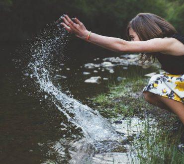 Υπάρχουν δύο τρόποι να ζεις τη ζωή. Ο ένας είναι σαν τίποτα να μην είναι θαύμα. Ο άλλος είναι σαν όλα να είναι ένα θαύμα