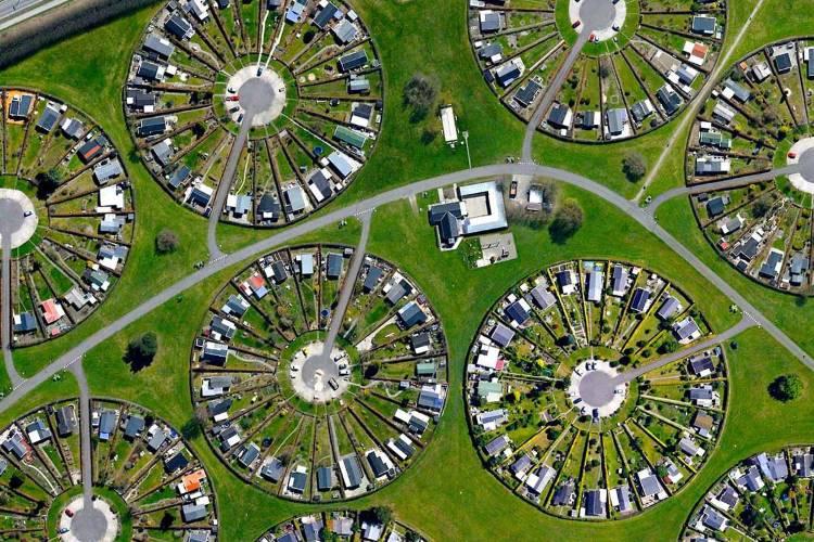 Η κοινότητα της Δανίας που μαγεύει με τους κυκλικούς της κήπους (Φωτογραφίες)