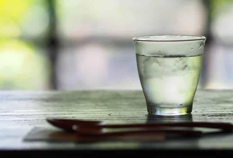 Νηστεία με νερό: Τι είναι ακριβώς και ποιοι οι κίνδυνοι για την υγεία μας