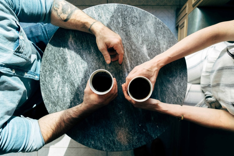 Πώς να στηρίξουμε έναν φίλο ή μία φίλη που έχει διαγνωστεί με χρόνια πάθηση