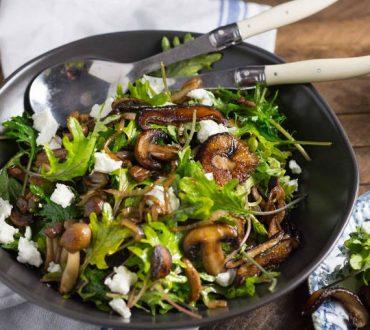 Συνταγή: Χορταστική φθινοπωρινή σαλάτα κάλε με μανιτάρια και φέτα