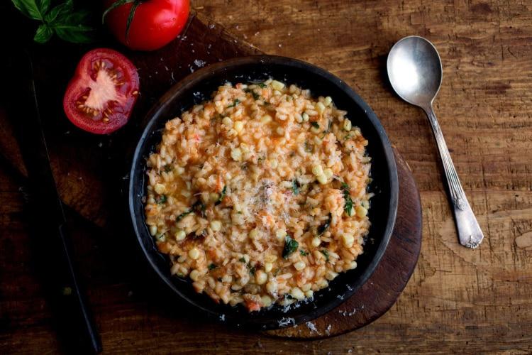 Συνταγή: Χορταστικό ριζότο με μελιτζάνα και ρεβίθια