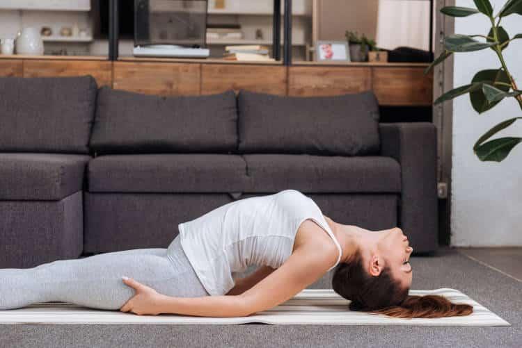 Δέκα λεπτά χαλαρωτικής γιόγκα που βελτιώνουν την ποιότητα του ύπνου