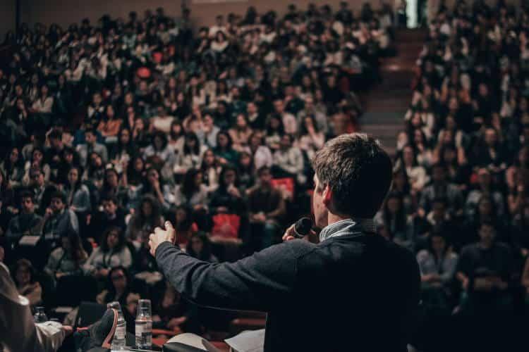 5 τρόποι να ξεπεράσουμε τον φόβο ομιλίας μπροστά σε κοινό