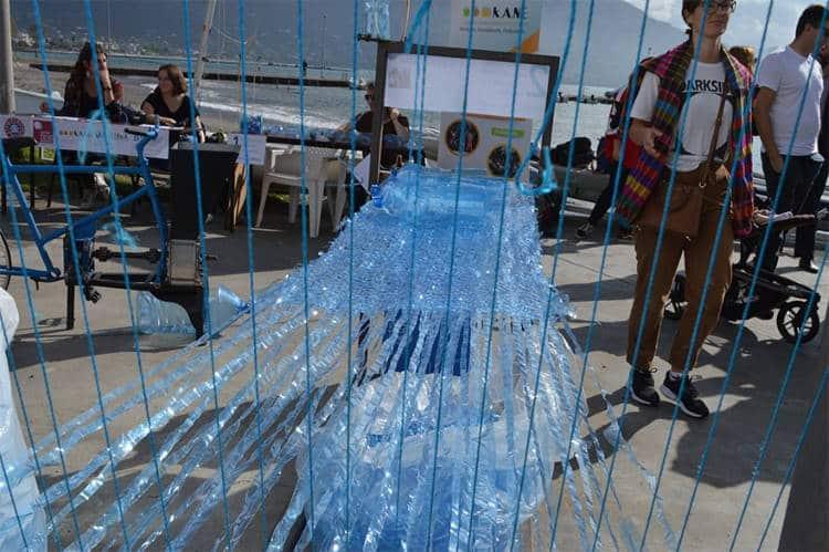 Στην Καλαμάτα τα πλαστικά μπουκάλια νερού μετατρέπονται σε ιστιοπλοϊκά σκάφη