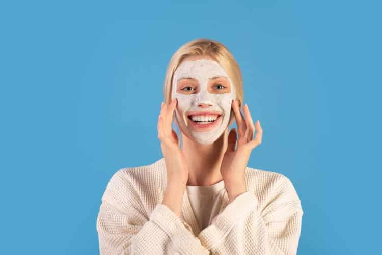 Οι 3 καλύτερες σπιτικές αντιγηραντικές μάσκες προσώπου με φυσικά συστατικά