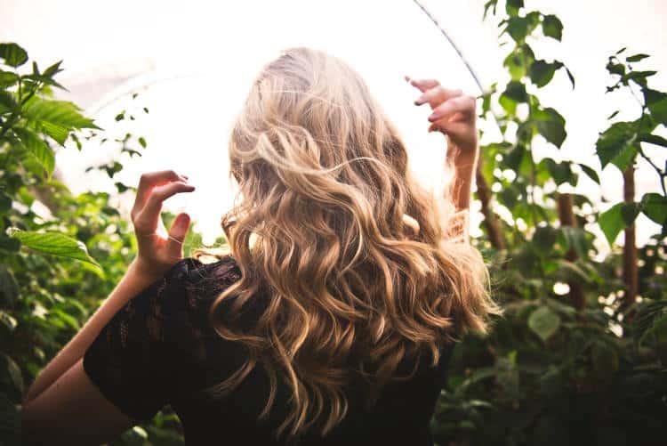 Πώς να φροντίσουμε τα ταλαιπωρημένα μαλλιά με φυσικούς τρόπους