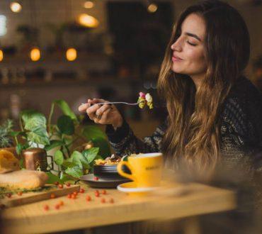 Πώς να υπερνικήσουμε την έντονη επιθυμία για ανθυγιεινό φαγητό