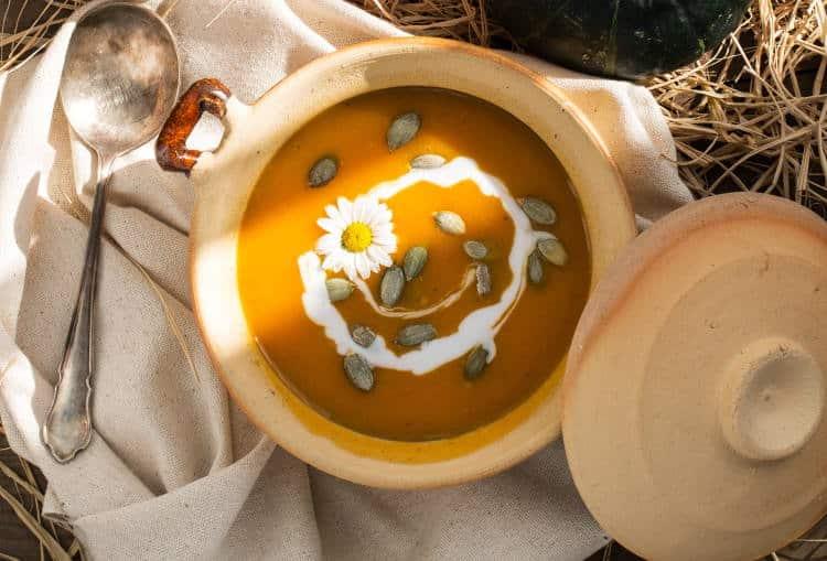 Συνταγή: Θρεπτική σούπα βελουτέ με κολοκύθα και μήλο