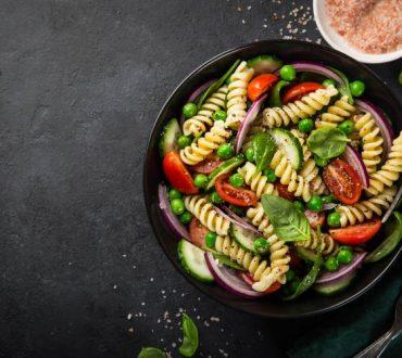 Συνταγή: Ζεστή σαλάτα μακαρονιών με σπανάκι και λεμόνι