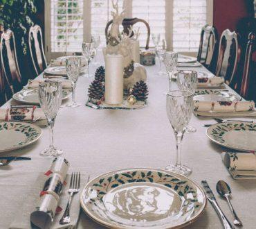6 απλοί τρόποι να οργανώσουμε αποτελεσματικά το χριστουγεννιάτικο τραπέζι