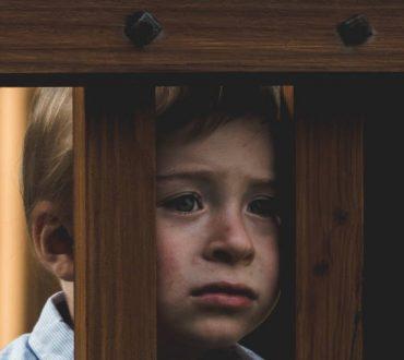 Άγχος αποχωρισμού: Τι είναι και πώς επηρεάζει τα παιδιά και τους ενήλικες