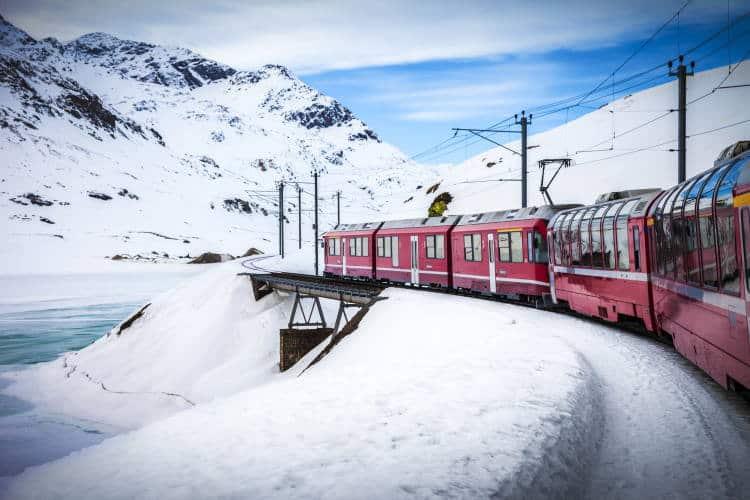 Bernina Express: Το κόκκινο τρένο που διασχίζει το παραμυθένιο λευκό τοπίο των Άλπεων