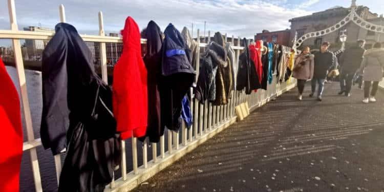 Δουβλίνο: Οι κάτοικοι κρεμούν παλτό και μπουφάν σε γέφυρα για τους αστέγους