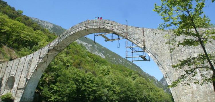 Το ιστορικό γεφύρι της Πλάκας στα Τζουμέρκα ξαναχτίστηκε από πέτρα και λάσπη