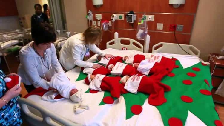 ΗΠΑ: Μαιευτήριο στέλνει σπίτι τα νεογέννητα μέσα σε Χριστουγεννιάτικες κάλτσες εδώ 50 χρόνια