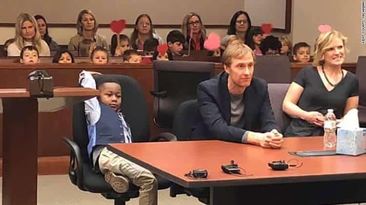 Οι μαθητές ενός ολόκληρου νηπιαγωγείου πήγαν ως κοινό στην πράξη υιοθεσίας του 5χρονου φίλου τους