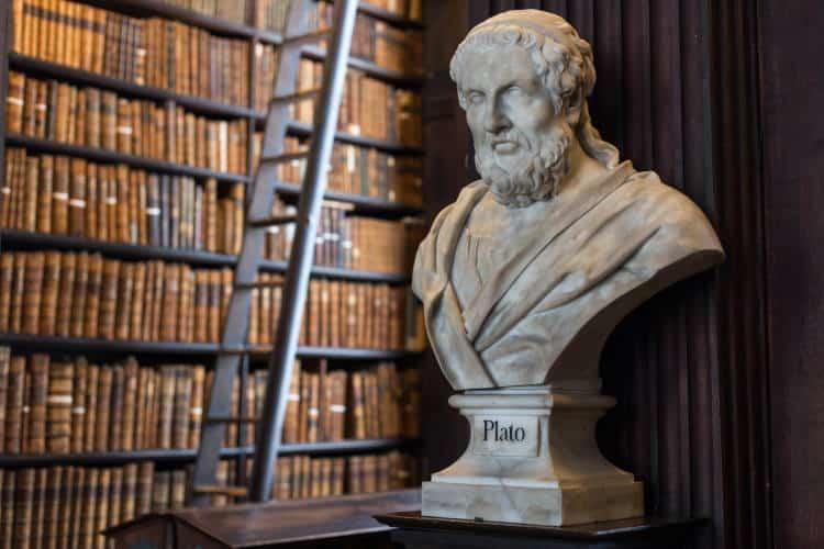 Πλάτωνας: «Οι σοφοί μιλούν επειδή έχουν κάτι να πουν. Οι ανόητοι μιλούν επειδή πρέπει κάτι να πουν»