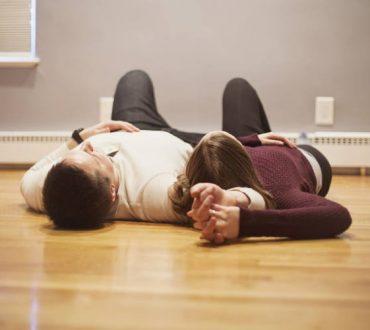 Πώς μπορούμε να συζητήσουμε «δύσκολα» θέματα στη σχέση μας. Ένας ψυχολόγος εξηγεί