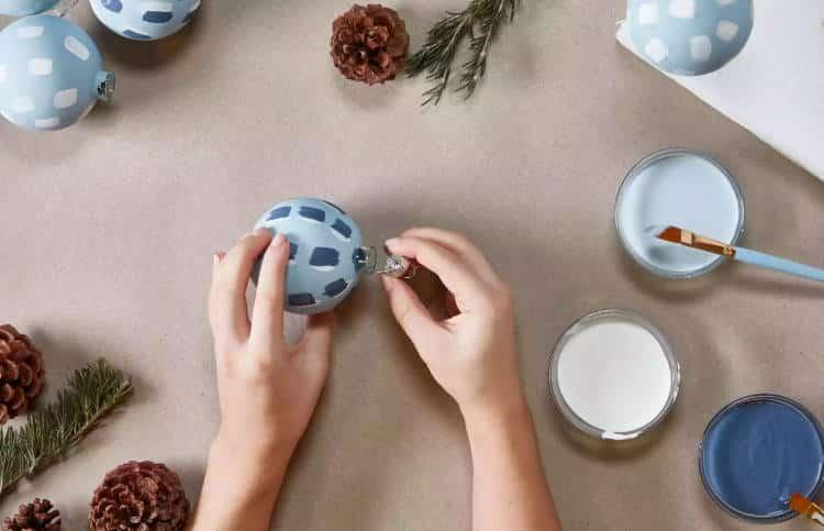 Πώς να βάψουμε τα παλιά Χριστουγεννιάτικα στολίδια