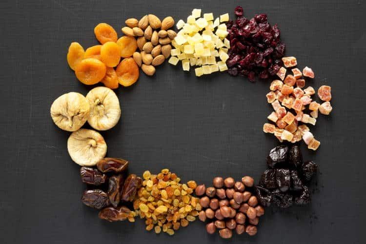 6 θρεπτικά αποξηραμένα φρούτα που αξίζει να προσθέσουμε στη διατροφή μας