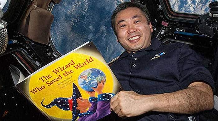 Αστροναύτες από τον Διεθνή Διαστημικού Σταθμού διαβάζουν παραμύθια σε παιδιά